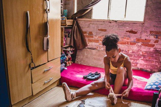 PORTO ALEGRE, RS, BRASIL, 27/12/2019: Marielly da Cruz, de 15 anos, expressou por meio da dança uma das necessidades de sua casa: um telhado que proteja sua família. Comovidas com a história da jovem, professoras e voluntárias organizaram uma campanha para a reforma do telhado da casa de Marielly, onde mora com sua mãe (Joana Darc Cruz), três irmãos e um sobrinho. Além da chuva que entra na casa através dos buracos nas telhas, a estrutura também está danificada.  (Foto: Omar Freitas / Agência RBS)Indexador: Omar Freitas<!-- NICAID(14371548) -->