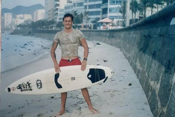 Nos anos 1990, Márcio Scherer surfava na Praia do Arpoador, no Rio de Janeiro