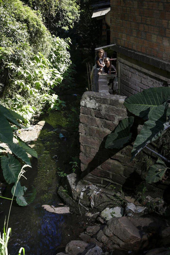 Edimar ergueu muro para impedir que em caso de enchente, Arroio invada sua residência