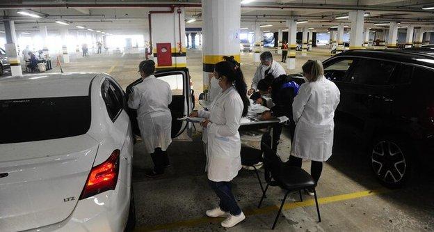 PORTO ALEGRE, RS, BRASIL, 07/05/2021- Novo grupo de comorbidades gera filas nos pontos de vacinação contra a covid em Porto Alegre. Na foto, Drive-Thru da PUCRS. Foto: Ronaldo Bernardi / Agencia RBS (Agencia RBS/Ronaldo Bernardi / Agencia RBS)