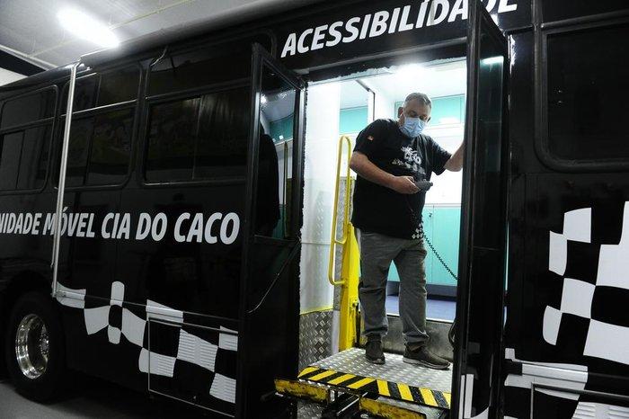 O ônibus também conta com elevador para acesso de cadeirantes