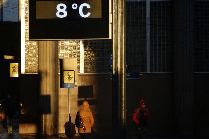 Durante a manhã, os termômetros registraram temperaturas entre 7°C e 8°C.