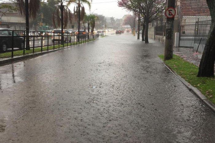 Chuva deve se estender ao longo do dia