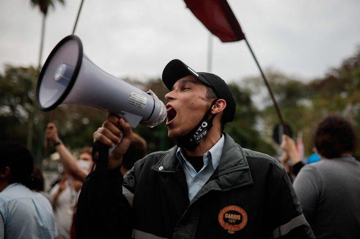 Protesto contra a privatização em frente à Câmara