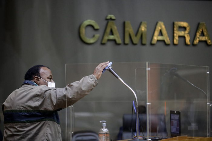 Limpeza do microfone no qual vereadores discursam