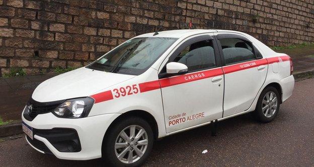 Táxi estava abandonado na Rua Doutor Milton Guerreiro, próximo à Rua Correa Lima, no bairro Santa Tereza (Agencia RBS/Ronaldo Bernardi / Agencia RBS)