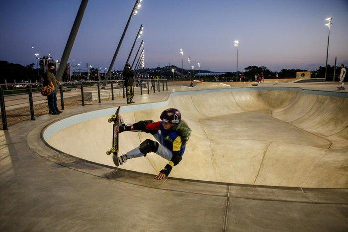 Sofia Godoy, 12 anos, conhecendo as pistas da modalidade park