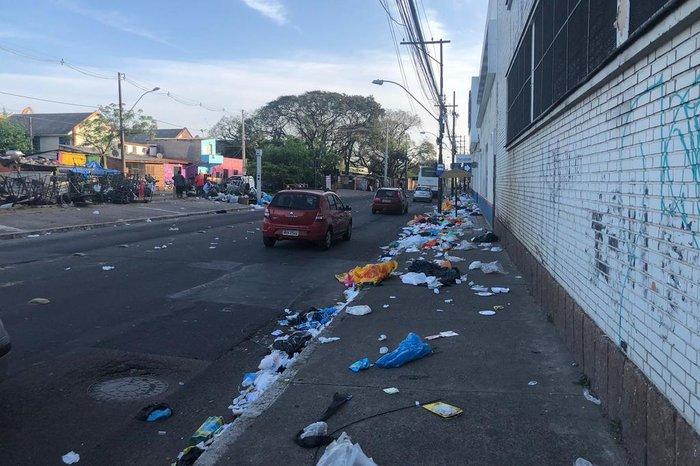 Lixo ocupava calçada da Voluntários da Pátria na manhã desta quinta-feira