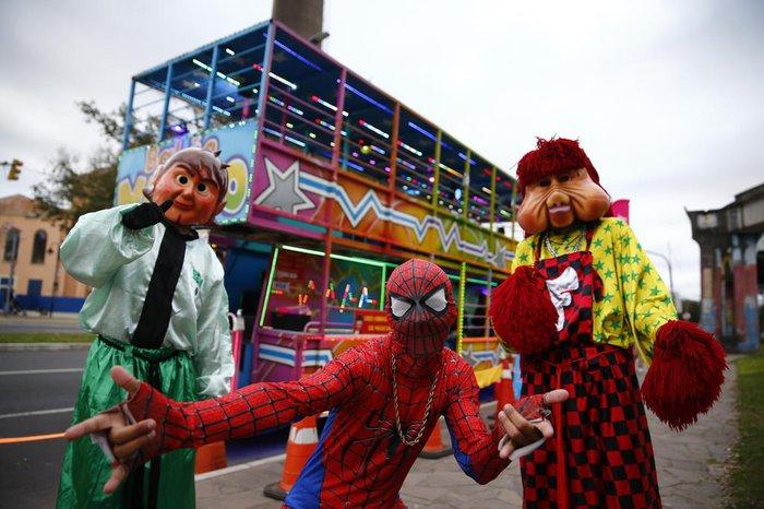 Fofão, Homem-Aranha e outros divertem quem acompanha a Carreta da Alegria Balão Mágico