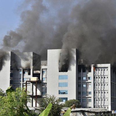 Incêndio atinge laboratório indiano que exporta vacinas contra a covid