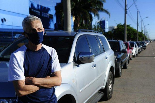 PORTO ALEGRE,RS,BRASIL.2021,04,2021.Fila no drive thru,no Big da Setório para vacinação 64 anos ou mais.Na foto.Carlos Alburquerque.(RONALDO BERNARDI/AGENCIA RBS).<!-- NICAID(14752893) -->