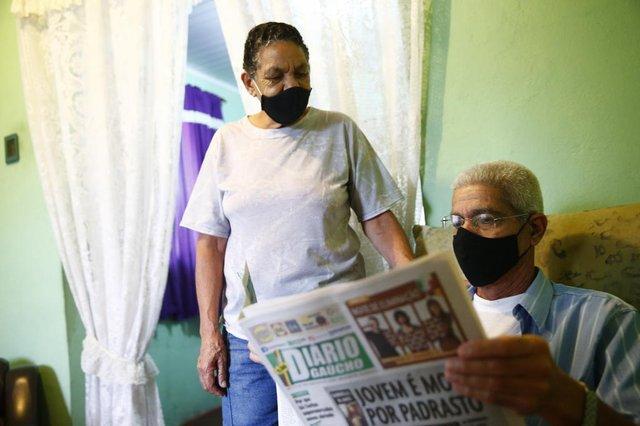 PORTO ALEGRE, RS, BRASIL - 13.04.2021 - Pauta sobre o aniversário do DG - vamos entrevistar leitores que ajudam a fazer o jornal e que participam ativamente das seções/promoções. Na foto, Heloísa Jobim, 70 anos, é colecionadora assídua do Junte & Ganhe. Com ela também está o Sr. Rubilar Jobim. (Foto: Félix Zucco/Agencia RBS)<!-- NICAID(14756891) -->