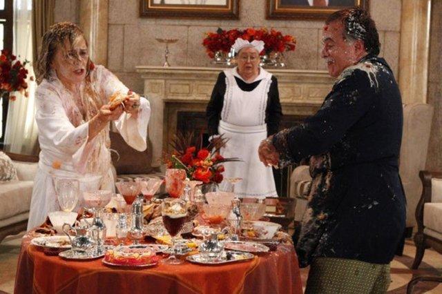Irene Ravache e Tony Ramos na icônica cena do café da manhã no remake de Guerra dos Sexos<!-- NICAID(14358217) -->