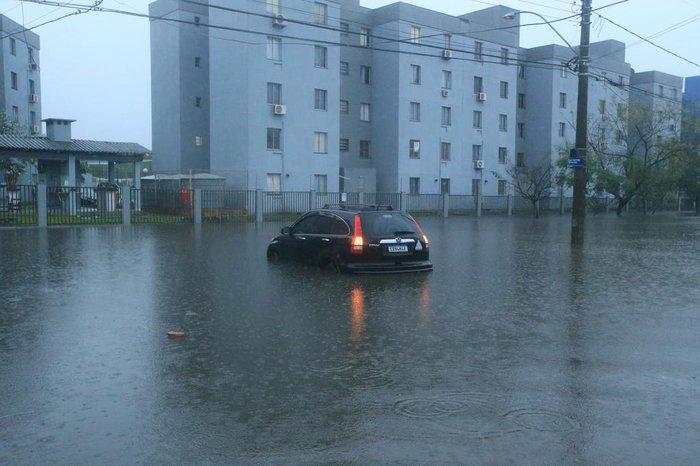 Veículo foi abandonado em alagamento na Av. Juscelino Kubitschek, bairro Rubem Berta