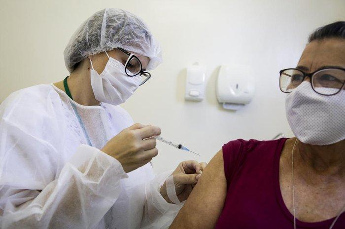 Ana Maria Prestes Vieira, 74 anos, recebe a segunda dose de Kelly