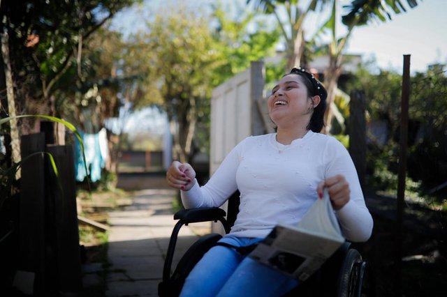 Porto Alegre, RS, Brasil - 27/08/2021 - Jovem com paralisia escreve livro de poesias e distribui em escolas. Na foto: Luana Leites. Foto: Anselmo Cunha/Agência RBS<!-- NICAID(14874665) -->