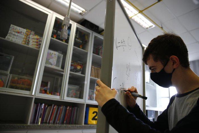 Jovem é monitor do laboratório de matemática da instituição onde estuda, em Porto Alegre