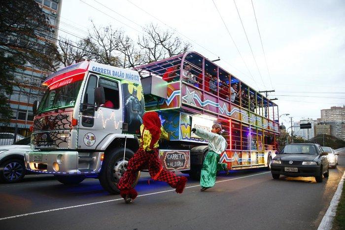 Sempre que a carreta para em um semáforo, os personagens saltam do veículo para dançar entre os carros