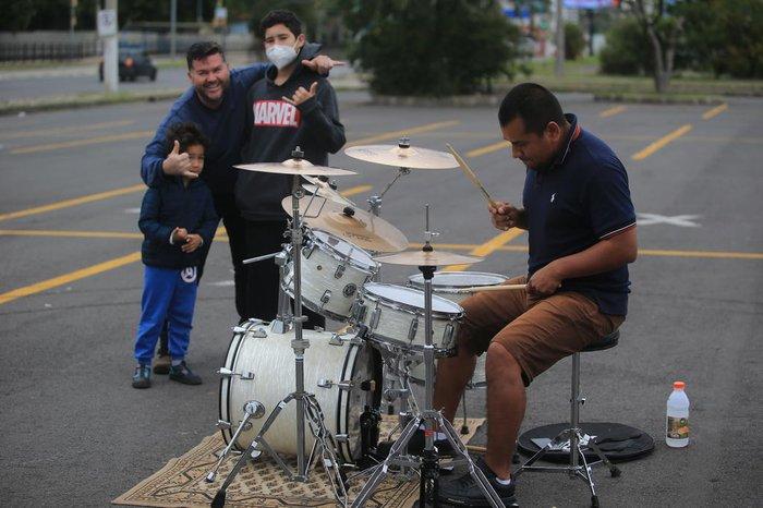 Bandão e os dois filhos curtem a sessão acústica