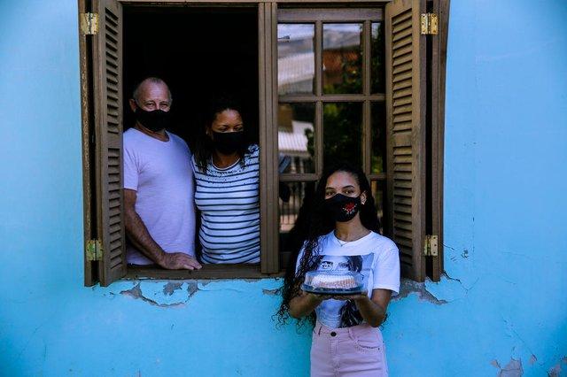 ELDORADO DO SUL, RS, BRASIL - 24/03/2021Maria Eduarda fez 15 anos e não pode ter sua festa, então, com o auxílio dos pais, montou kits de bolo e salgadinhos para entregar aos profissionais de saúde em Eldorado do Sul.<!-- NICAID(14742306) -->