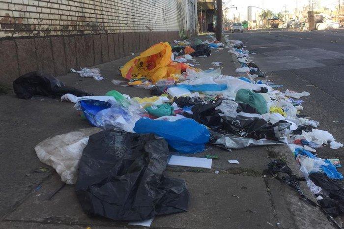 De acordo com moradores, vento teria espalhado o lixo durante a madrugada
