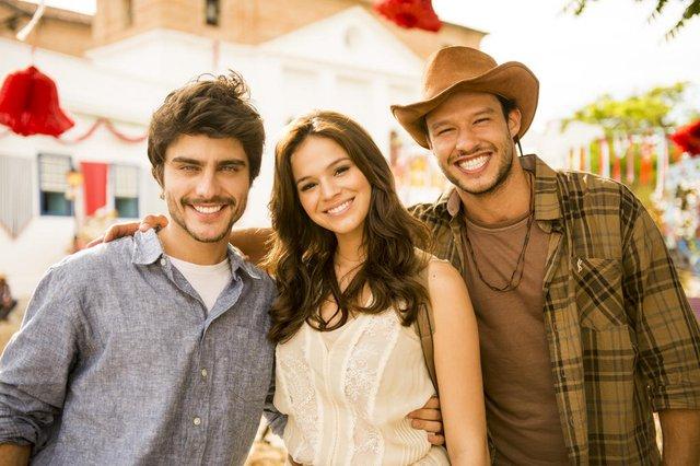 Laerte ( Guilherme Leicam ), Helena ( Bruna Marquezine ) e Virgílio ( Nando Rodrigues ), Em Família<!-- NICAID(14896831) -->