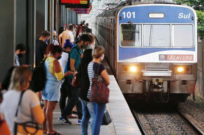 Na Estação Sapucaia, por volta das 8h10min, o movimento já era menor, mas muita gente ainda aguardava pelo trem