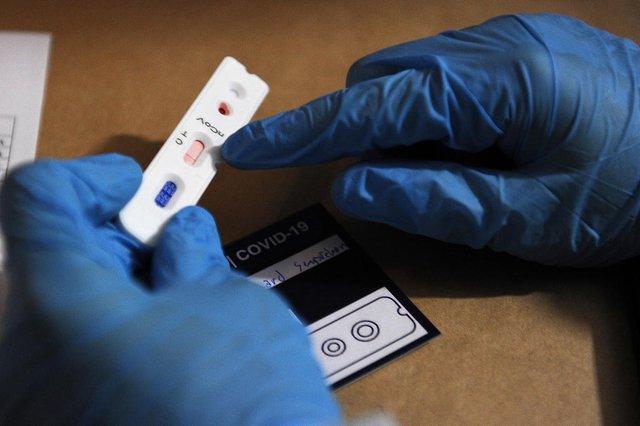 CAXIAS DO SUL. RS, BRASIL, 11/04/2020 - Caxias do Sul é uma das cidades gaúchas que fará parte de um estudo da Universidade Federal de Pelotas (UFPel) sobre o novo coronavírus. A pesquisa que estimará o percentual da população infectada pela covid-19 deve começar nesta semana. NA FOTO: estudante de medicina da UCS, Tyrone Rossi Bordignon realizando testes em bairro da cidade. (Marcelo Casagrande/Agência RBS)<!-- NICAID(14474923) -->