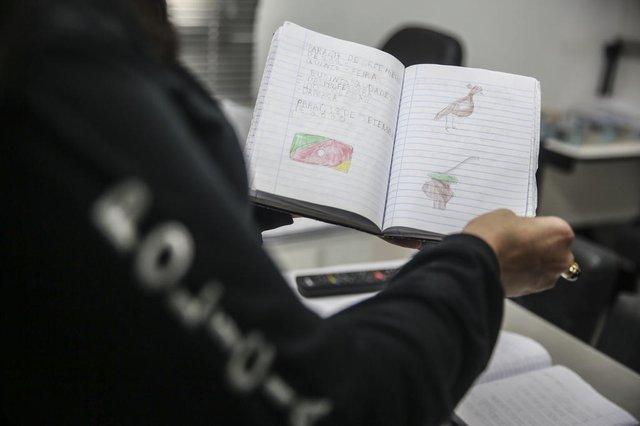 IMBɉ, RS, BRASIL - 2021.08.04 - Cadernos apreendidos no apartamento da mãe de Miguel, mostram frases que o menino era obrigado a escrever. (Foto: ANDRɉ ÁVILA / Agência RBS)Indexador: Andre Avila<!-- NICAID(14853597) -->