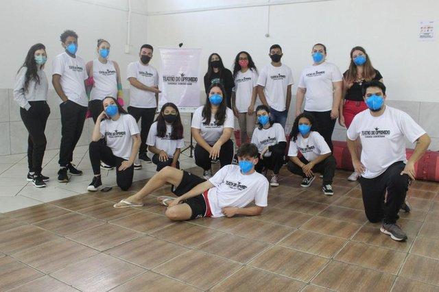 Grupo Movidos Pela Arte promove aulas de teatro em São Leopoldo. João Marcelo Schneider é educador social e professor <!-- NICAID(14879381) -->
