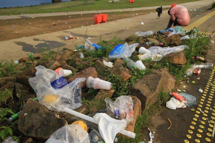 Sacolas, copos e garrafas ficaram espalhados no local