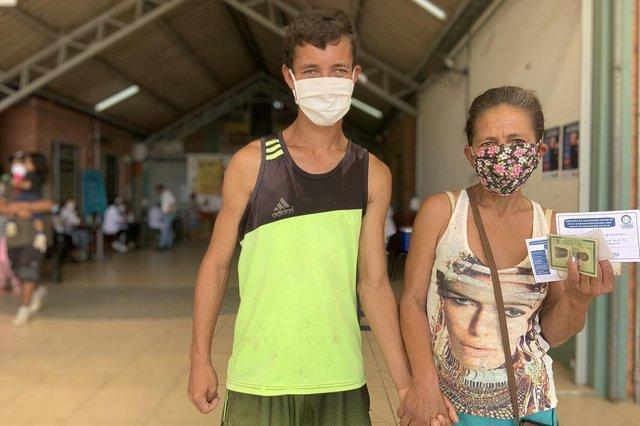 PORTO ALEGRE, RS, BRASIL,  30/09/2021- Vacinação em centro social aplica mais de 1,2 mil doses em um dia. Na foto,  Recicladora Lovaine Gonçalves, 51 anos. E o filho é o Jeferson Gonçalves Ataíde, 23. Foto: Tiago Boff / Agencia RBS<!-- NICAID(14902626) -->