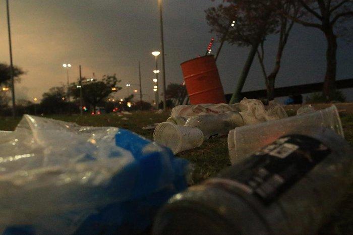 Segunda-feira começou com grande quantidade de lixo na Orla