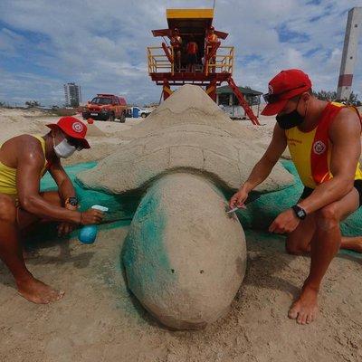 Em homenagem a tartaruga que depositou ovos em Arroio do Sal, guarda-vidas fazem escultura de 10 metros