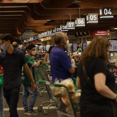 Com fechamento mais cedo, supermercados têm filas e reclamação de clientes
