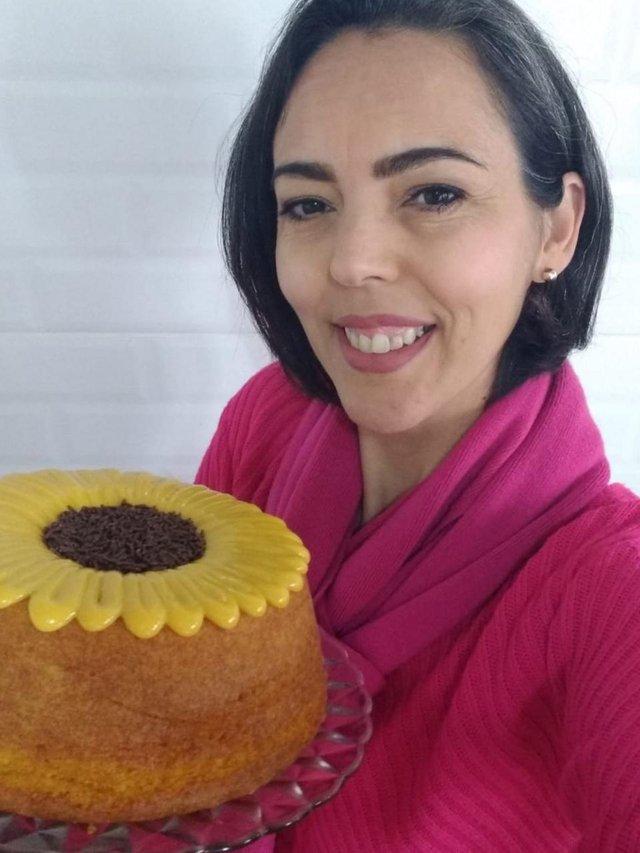 Débora chardosim, 43 anos, moradora do bairro Restinga, em Porto Alegre, compartilha o bolo girassol um bolo simples e rápido<!-- NICAID(14873086) -->