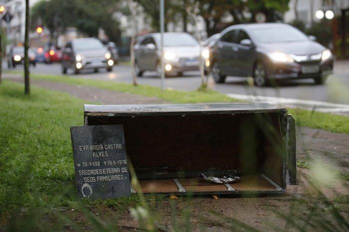 Lápide abandonada entre a Múcio Teixeira e a Rodolfo Gomes, no Menino Deus, provocou susto e a impressão de que se tratava de um caixão