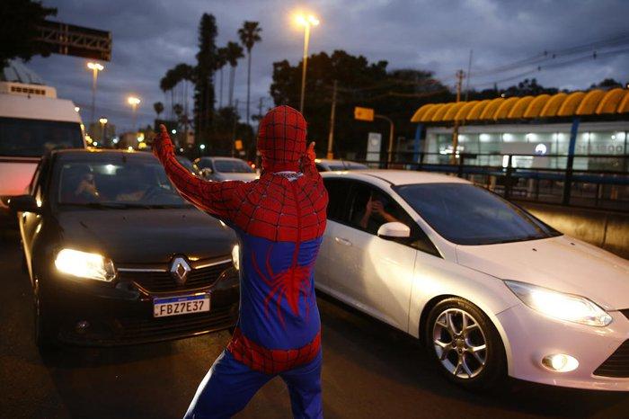Cena inusitada: Homem-Aranha rebolando em meio ao congestionamento