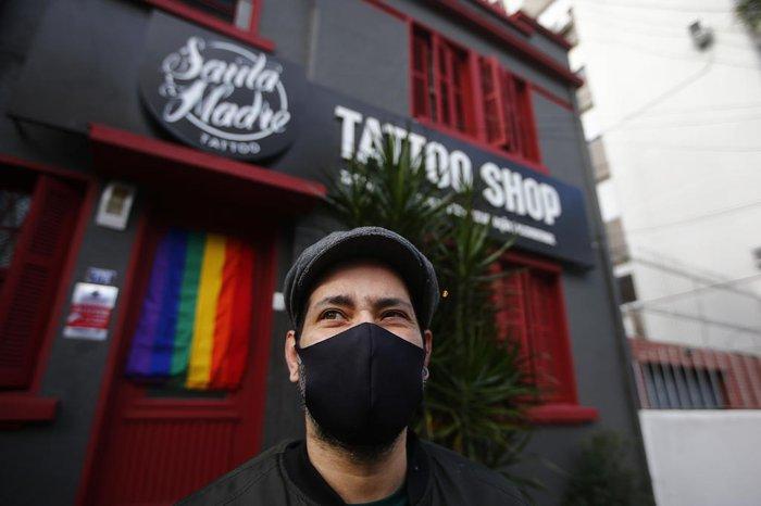 Fabio Cobalto é o proprietário do estúdio de tatuagem Santa Madre, em Porto Alegre