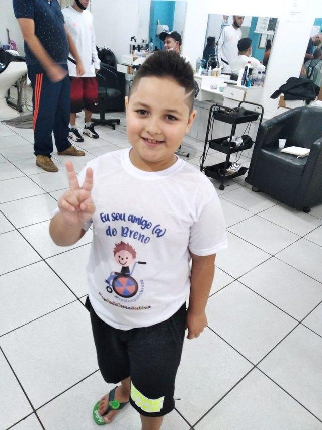 Bruno Linhares dos Santos, sete anos, cortou os cabelos compridos para ajudar o menino Breno Menezes, cinco anos, teve paralisia cerebral por complicações no parto.
