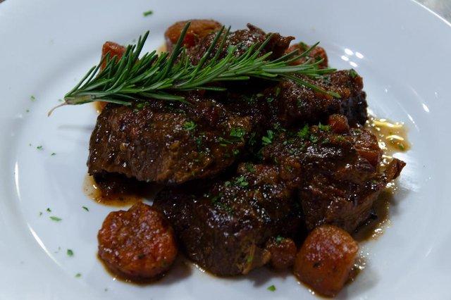 O chef Edgar ensina a preparar um molho de carne natural feito com mamão. <!-- NICAID(14854575) -->
