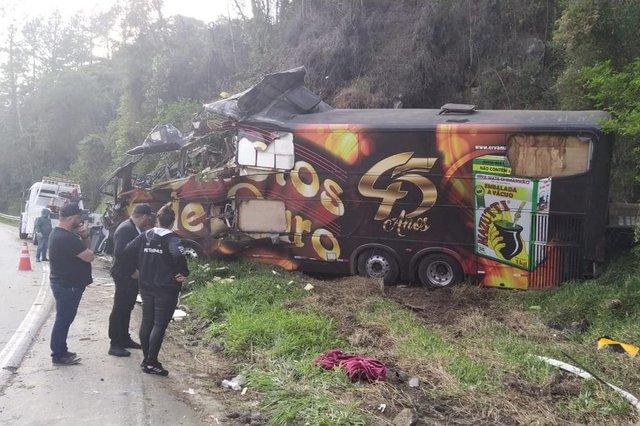 Acidente com ônibus Garotos de Ouro mata vocalista Airton Machado<!-- NICAID(14887947) -->