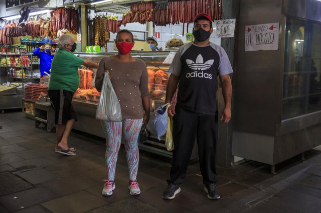 PORTO ALEGRE, RS, BRASIL - Mudanças nos hábitos de consumo de alimentos durante a pandemia. População tem dificuldades na compra de carnes tradicionais e está trocando por outras peças de menor valor. Na foto, Giovani Silva de Almeida, 37 anos. Roselaine Beatriz Silveira, 32 anos. Foto: Jefferson Botega  / Agencia RBSIndexador: Jeff Botega<!-- NICAID(14902856) -->