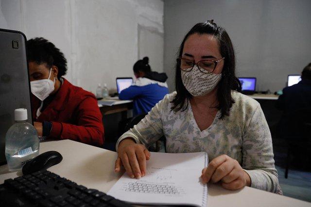 Porto Alegre, RS, Brasil - 22/06/2021 - Pauta sobre desigualdade digital - como a falta da internet afeta a vida das pessoas, principalmente durante a pandemia. Na foto: Arina Gil, 49 anos, empreendedora - dona da loja online Gaia Grife (Foto: Anselmo Cunha/Agência RBS)<!-- NICAID(14815583) -->