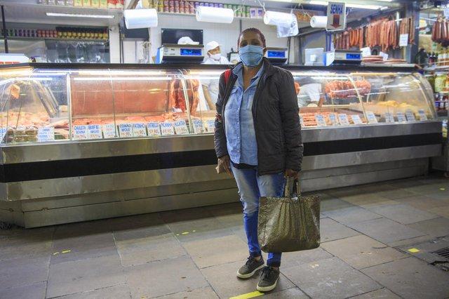 PORTO ALEGRE, RS, BRASIL - Mudanças nos hábitos de consumo de alimentos durante a pandemia. População tem dificuldades na compra de carnes tradicionais e está trocando por outras peças de menor valor. Na foto, Ivone Conceição, 67 anos.  Foto: Jefferson Botega  / Agencia RBSIndexador: Jeff Botega<!-- NICAID(14902852) -->