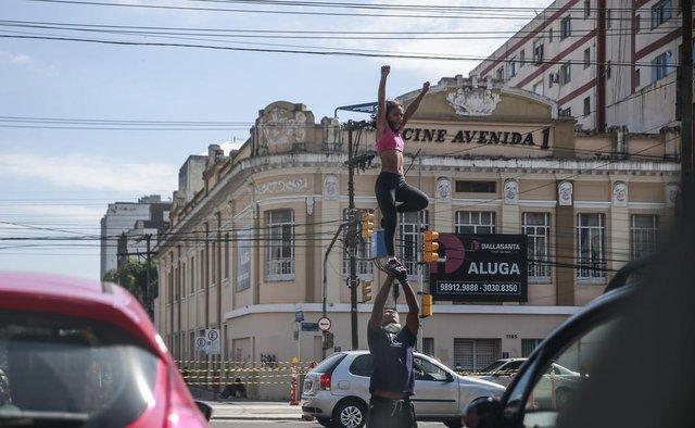 PORTO ALEGRE, RS, BRASIL - 2020.10.09 - Casal faz acrobacias na esquina da Venâncio Aires com João Pessoa, 14h38 (Foto: ANDRÉ ÁVILA/ Agência RBS)Indexador: Andre Avila<!-- NICAID(14613534) -->