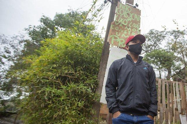 PORTO ALEGRE, RS, BRASIL - No Morro da Cruz, moradores querem transformar lixão em praça. Com apoio do Coletivo Autônomo Morro da Cruz, a comunidade do Beco das Paulas está se mobilizando para construir uma praça em ponto onde existe lixo acumulado há mais de 20 anos. Na foto Denis do Nascimento Rodrigues, 24 anos, um dos primeiros a lançar a campanha para limpar o local.Indexador: Jefferson Botega<!-- NICAID(14803587) -->