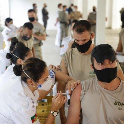 Agentes de segurança são vacinados contra a covid-19