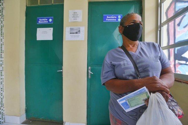 PORTO ALEGRE, RS, BRASIL,  29/09/2021- Restinga lidera ranking de não vacinados contra Covid-19 em Porto Alegre, e profissionais convidam pessoas em suas casas para imunização. Na foto, Adriana Goncalves Lopes não havia tomado nenhuma dose de vacina contra a covid, aos 60 anos.  Foto:  Lauro Alves / Agencia RBS<!-- NICAID(14902218) -->