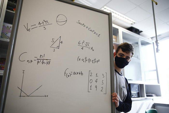 Na olímpiada asiática, Eduardo precisou resolver questões que cobravam propriedades trigonométricas